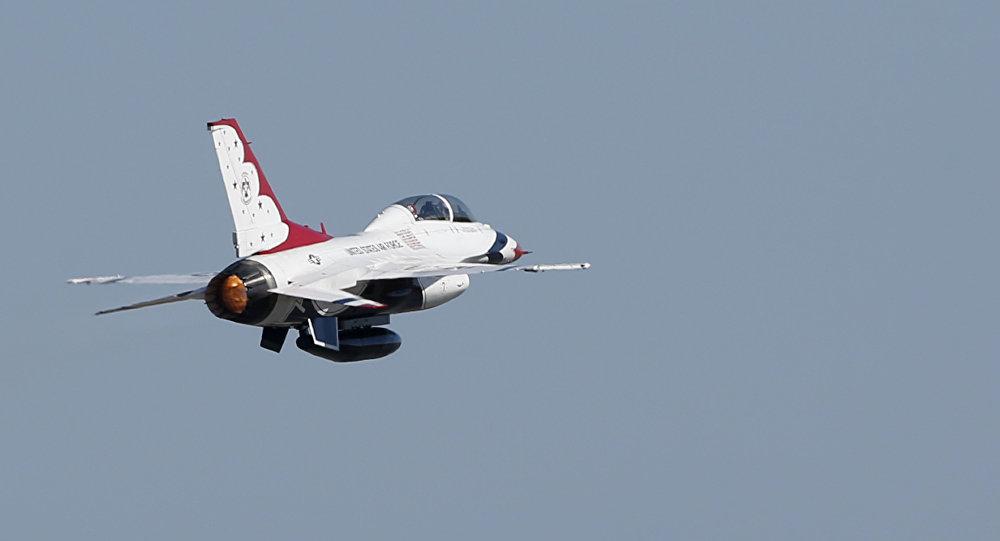 AB Hava Kuvvetleri'ne ait bir F-16, Thunderbird.