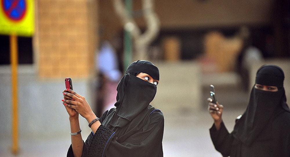 Cep telefonuyla fotoğraf çeken Suudi kadınlar.