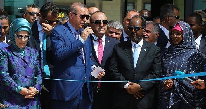 Cumhurbaşkanı Recep Tayyip Erdoğan, resmi ziyaret için bulunduğu Somali'nin başkenti Mogadişu'da Cumhurbaşkanı Hasan Şeyh Mahmud ile birlikte Türkiye'nin Mogadişu Büyükelçiliği'nin açılışını yaptı.