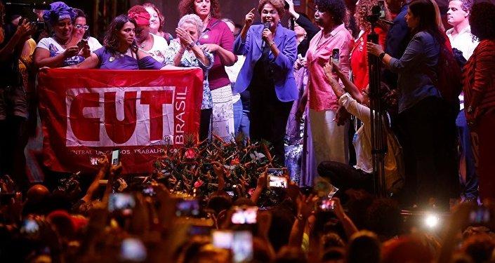 Brezilya'da eski Devlet Başkanı Dilma Rousseff ile beraber binlerce kadın, 'Darbeye karşı demokrasiden yana kadınlar' yürüyüşünde bir araya geldi.