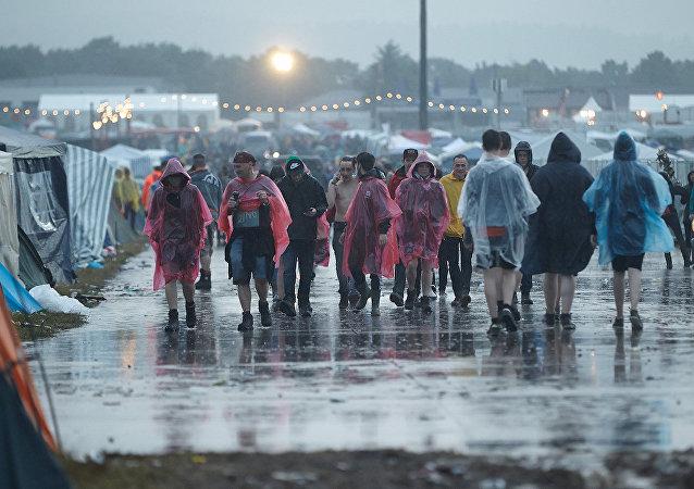 Almanya'daki Rock am Ring festivali 'yıldırım' nedeniyle son gününde iptal edildi.