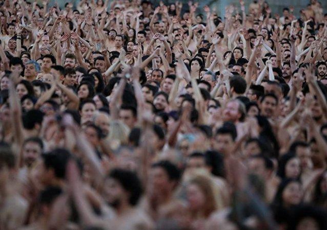 Kolombiya'nın Bogoto şehrinde 6 binin üzerinde gönüllü  anadan doğma soyunarak fotoğraf çektirdi