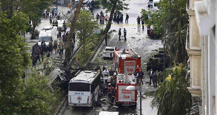 Saldırıya uğrayan çevik kuvvet otobüsünün İstanbul Üniversitesi Fen Edebiyat Fakültesi'ne gittiği öğrenildi.