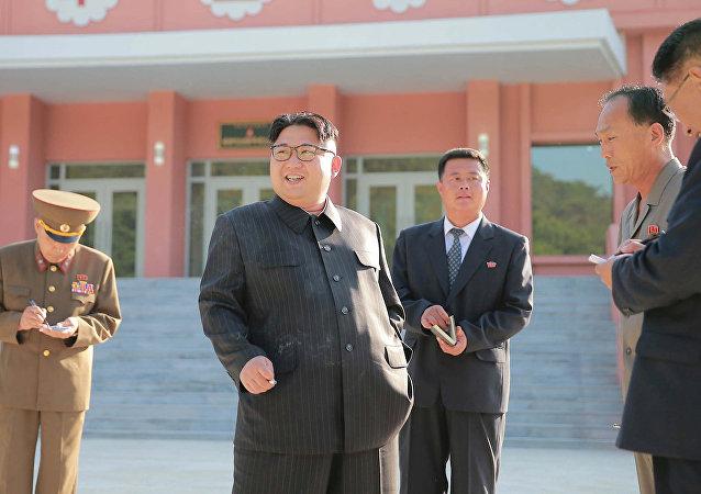 Kuzey Kore Devlet Başkanı Kim Jong-un cumartesi günü başkent Pyongyang'daki bir çocuk kampına düzenlediği gezide sigara içerken görüntülendi.