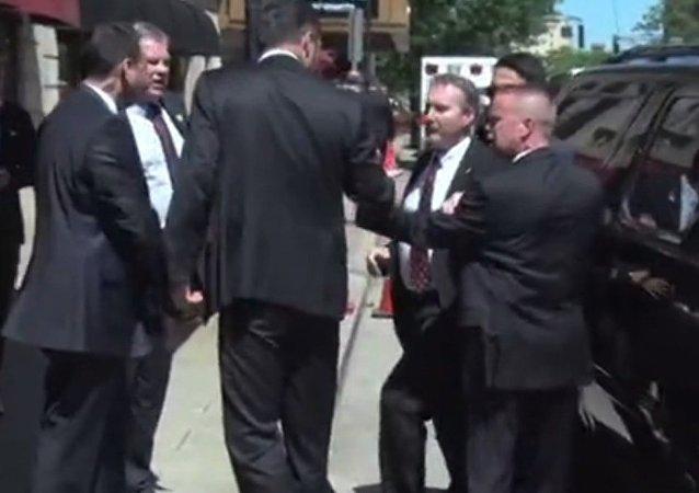 Cumhurbaşkanı Erdoğan'ın Muhammed Ali Kültür Merkezi'ne gitmek üzere otelinden ayrılıp makam aracına bindikten sonra Amerikan Gizli Servis yetkilileri ile Erdoğan'ın korumaları arasında bir sürtüşme yaşandı.