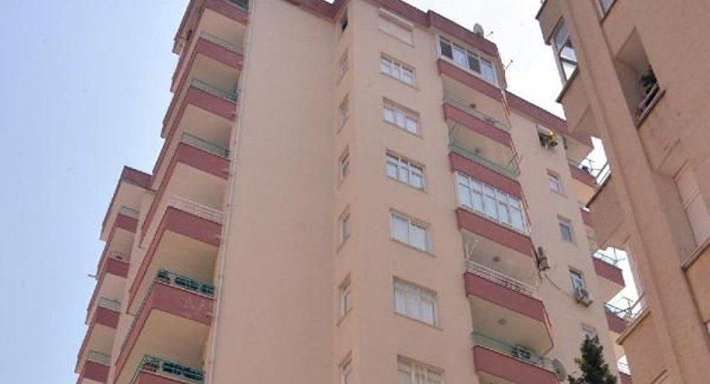 Adana'nın İncirlik Üssü'nde görevli ABD'li itfaiye şefi 61 yaşındaki Thaddeus Mithcheel Borowicz, içeride unuttuğu anahtarlarını almak için damdan 10. kattaki dairesine pencereden girmek isterken düşerek öldü.
