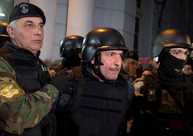 Eski Arjantin Bayındırlık Bakanı olan Jose Lopez, başkent Buenos Aires dolaylarındaki bir manastırın bahçesine 8.5 milyon dolar gömme girişimi sırasında suçüstü yakalandı.