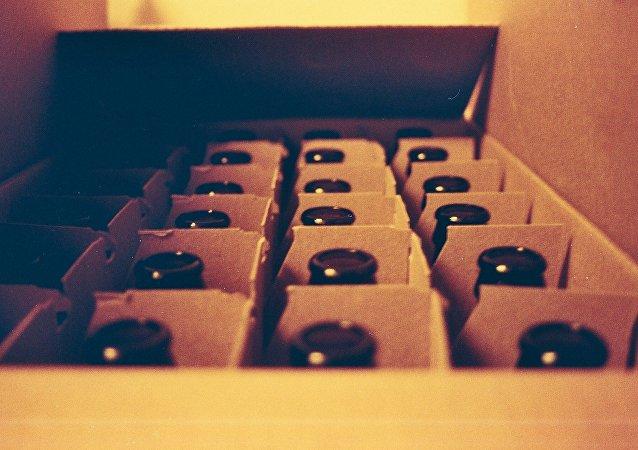 Kutuda şişeler.