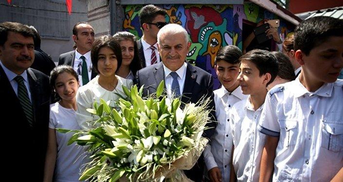 Başbakan Binali Yıldırım, kendisinin de mezun olduğu Piri Reis Ortaokulu'nda öğrencilerin karne dağıtım törenine katıldı.