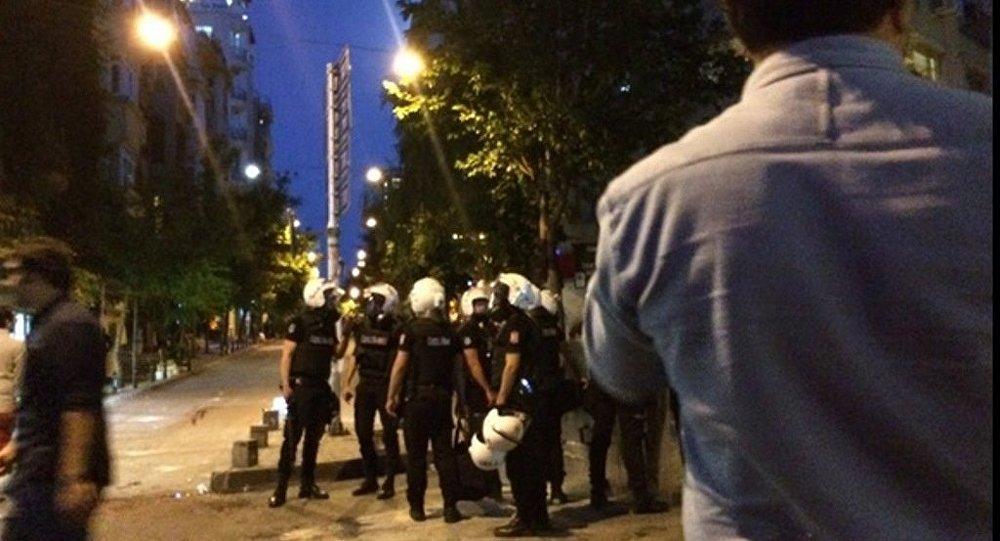 İstanbul Firuzağa'da Radiohead etkinliği düzenleyen Velvet Indieground Records adlı plakçıya 'ramazanda içki içtikleri' gerekçesiyle saldırılmasının ardından bugün olayı protesto etmek için toplanan kitleye polis müdahale etti.