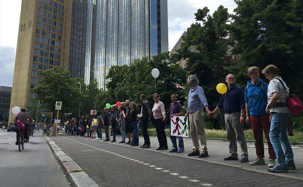 Almanya'da ırkçılığa karşı insan zinciri