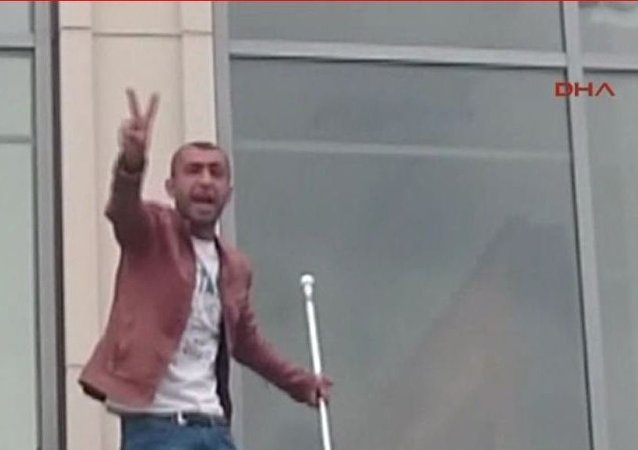 Almanya'nın Dortmund kentinde Ana Tren Garı'na asılan Türk bayrağını indiren bir kişi gar önünde gerginliğin yaşanmasına sebep oldu.