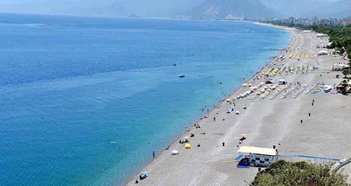 Antalya'da, her yıl binlerce yerli ve yabancı turistin akın ettiği dünyaca ünlü Konyaaltı sahili, bomboş görüntüsüyle dikkati çekiyor.