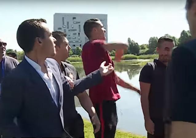 2016 Avrupa Futbol Şampiyonası'nda (EURO 2016) bugün Macaristan ile gruptaki son maçını oynayacak Portekiz'in yıldız futbolcusu Cristiano Ronaldo, kendisine soru sormaya çalışan bir gazeteciye abartılı tepki verdi.