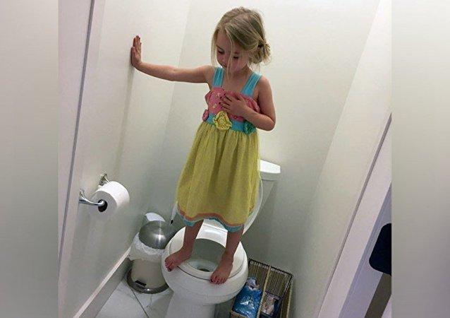 ABD'de Stacey Feeley adlı bir kadının 3 yaşındaki kızına ait 'tuvaletteki tatbikat' fotoğrafı, sosyal medyada infial yarattı.