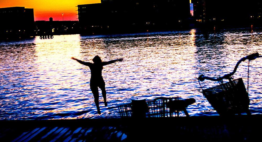 İsveç'te trans kadına üstsüz yüzme' izni