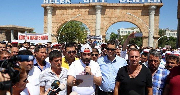 Antalya'nın dünyaca ünlü turizm bölgesi, Türkiye'nin ev sahipliğinde gerçekleşen G-20 Liderler Zirvesi'nin merkezi Belek'te, seslerini duyurmak isteyen esnaf kepenk indirdi, taksiciler kontak kapattı.