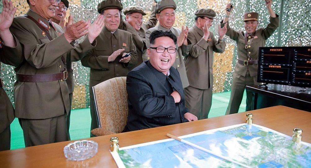 Kuzey Kore Devlet Başkanı Kim Jong-un, iki orta menzilli balistik füze denemesini üst düzey ordu mensuplarıyla birlikte izledi.