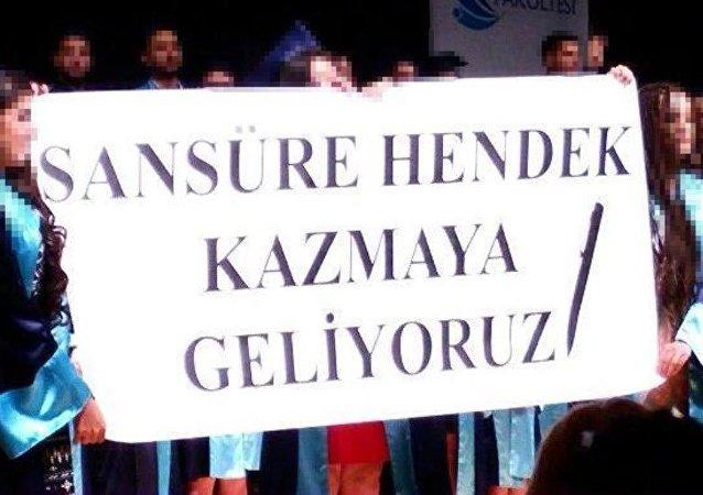 İzmir Ege Üniversitesi (EÜ) İletişim Fakültesi'nin mezuniyet töreninde bir grup öğrenci, üzerinde 'Sansüre hendek kazmaya geliyoruz' yazılı pankart açtı. Bunun üzerine İzmir Cumhuriyet Başsavcılığı'nın konuya ilişkin inceleme başlattı.