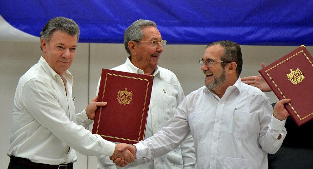 Kolombiya Devlet Başkanı Juan Manuel Santos, FARC lideri Timoleon Timoşenko ve Küba Devlet Başkanı Raul Castro