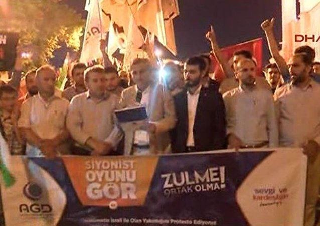 Anadolu Gençlik Derneği (AGD) üyeleri, teravih namazı sonrası Fatih Camii avlusunda hükümeti protesto etti.