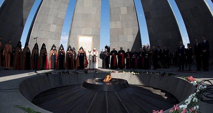 Papa Francis, Erivan'daki Ermeni Soykırım'ı anıtına çelenk bırakarak, dua etti. Papa'nın ziyaretçi defterine yazdığı satırlarda ise barış vurgusu vardı.