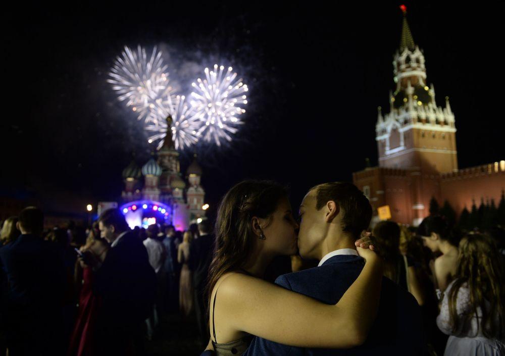 Rusya'da mezuniyet baloları heyecanı