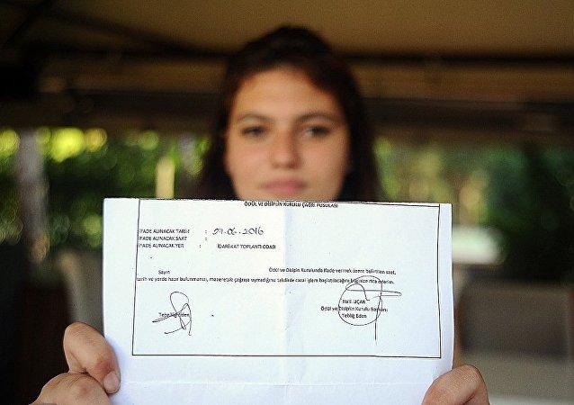 Bursa'nın merkez Osmangazi ilçesinde bulunan Hasan Ali Yücel Anadolu Lisesi 10. sınıf öğrenicisi Begüm Özkan ve 2 arkadaşı, karne töreninde Mustafa Kemal Atatürk'ün Gençliğe Hitabesi'ni okudukları için disipline sevk edildi.
