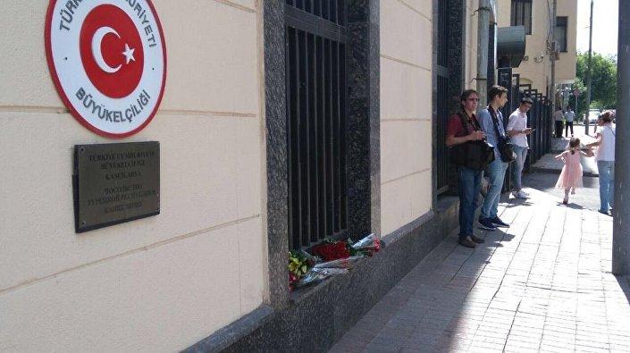 Moskovalılar, Türk Büyükelçiliği'ne çiçek bırakıyor.