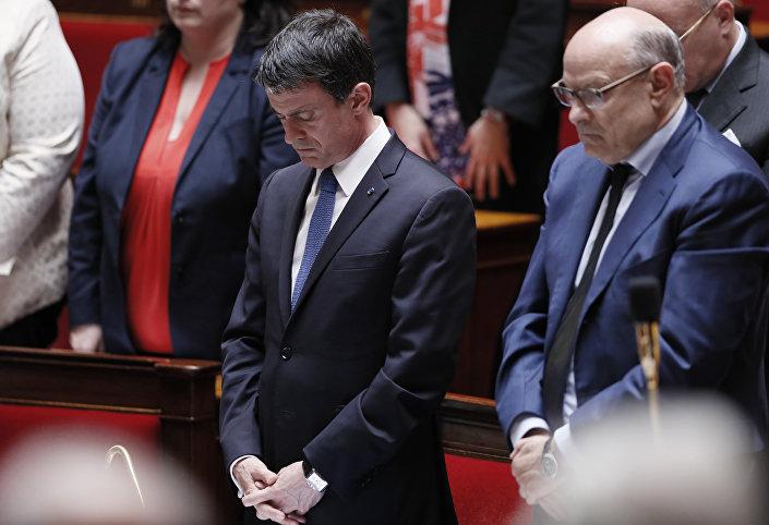 Fransa parlamentosu, Atatürk Havalimanı'ndaki saldırıda hayatını kaybedenler için bir dakikalık saygı duruşunda bulundu.
