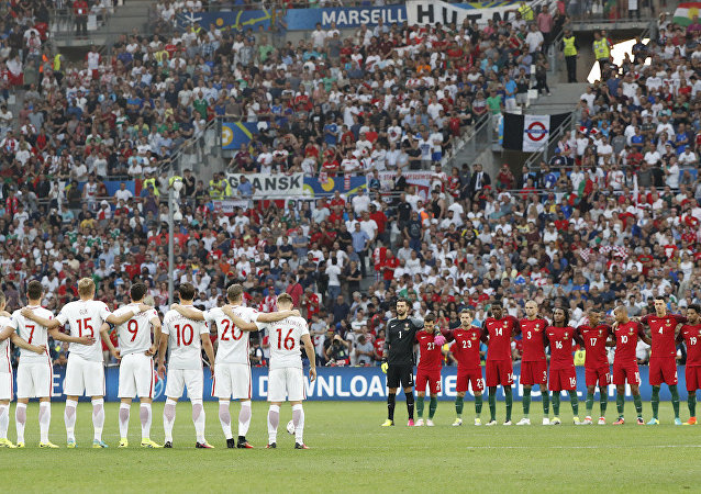 EURO 2016 çeyrek final maçında karşı karşıya gelen Polonya ve Portekiz milli takımları, İstanbul'da hayatını kaybedenler için saygı duruşunda bulundu.