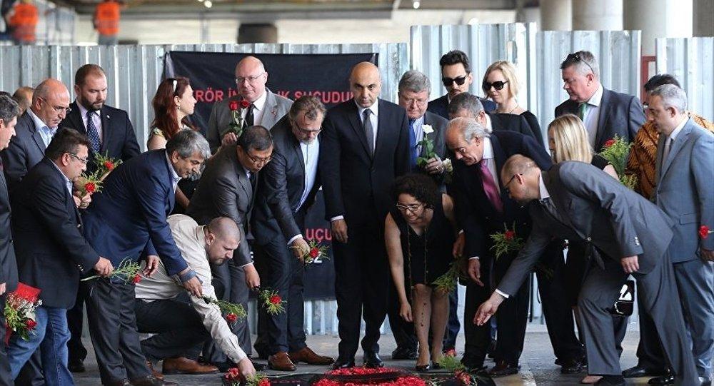 Konsoloslar Atatürk Havalimanı'nda patlamanın olduğu yere çiçek bıraktı