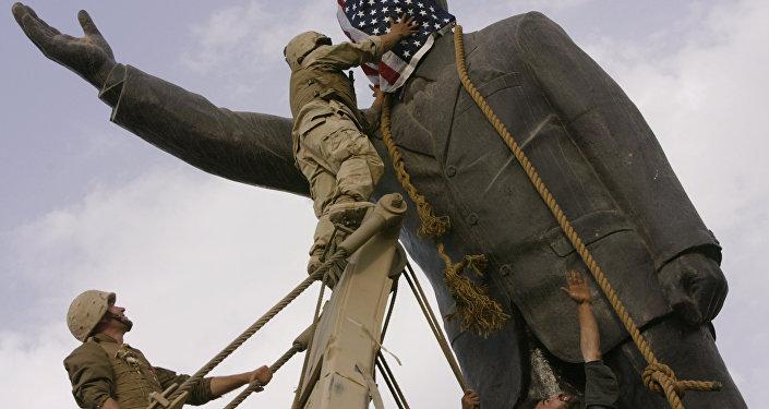 ABD askerleri öncülüğünde Iraklılar tarafından yıkılan Saddam heykeli