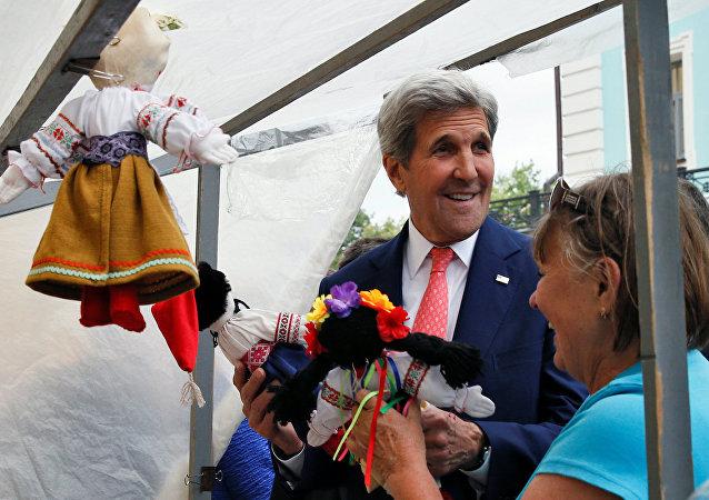 ABD Dışişleri Bakanı John Kerry Ukrayna'da bir pazar yerinde.
