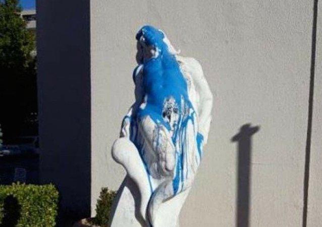 Bursa'nın Nilüfer İlçesi'nde, geçen salı günü siyah boya ile boyanan 'Özgür Olmak' adlı heykele bu kez mavi boyalı saldırıda bulunuldu.