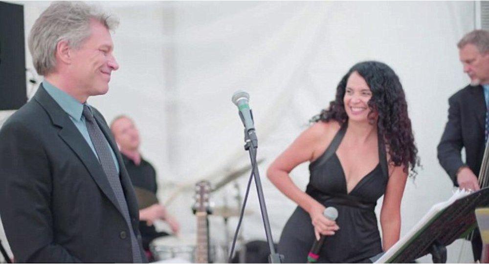 ABD'nin Miami kentinde katıldığı bir düğün, kalabalık konser salonları ve hatta stadyumlarda konser vermeye alışık olan rock yıldızı Jon Bon Jovi için deyim yerindeyse eziyete dönüştü.