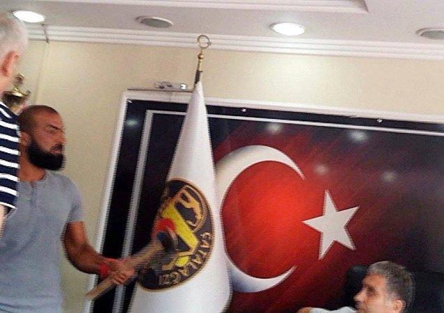 Zonguldak'ta, Çatalağzı Belediye Başkanı Adnan Akgün'e yönelik, 'baltalı saldırı' girişiminde bulunduğu iddiasıyla gözaltına alınan kişi, adli kontrol şartıyla serbest bırakıldı.