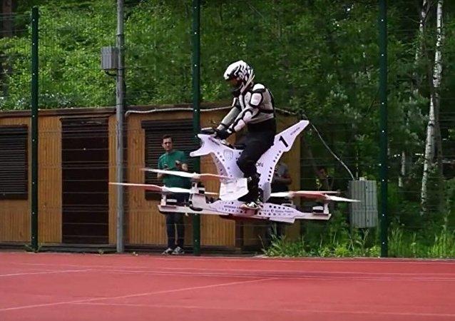 Rus Hoversurf şirketi saatte 100 kilometre hıza ulaşabilen uçan bir motosiklet geliştirdi.