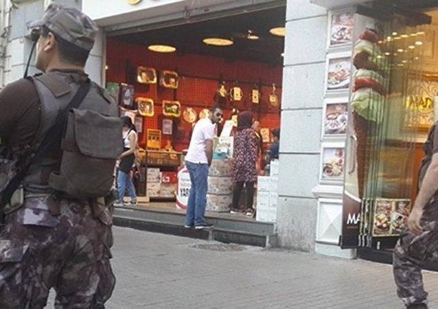 İstanbul'un en işlek caddesi olan İstiklal Caddesi'ne polis noktalarının kurulmasından sonra özel harekatçılar da devriye gezmeye başladı.