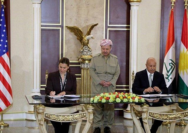 IKBY Başkanı Mesut Barzani'nin (ortada)  ABD  Savunma Bakanlığı Uluslararası Güvenlik İşlerinden Sorumlu Ellisa Slotkin (solda) ve IKBY İçişleri Bakanı Kerim Sincari (sağda)