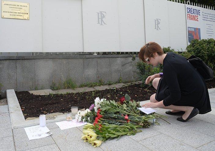 Ruslar Nice'de ölenler için Fransız Büyükelçiliği önüne çiçek bıraktı.