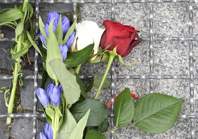 Fransa'nın Berlin Büyükelçiliği'nin önüne Fransız bayrağının renklerinde güller bırakıldı.