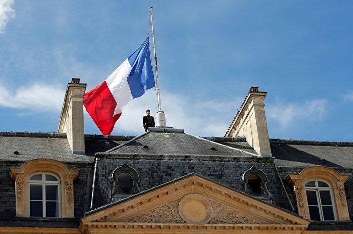 3 günlük ulusal yas kararının ardından Elysee Sarayı'nda bayraklar yarıya indirildi.