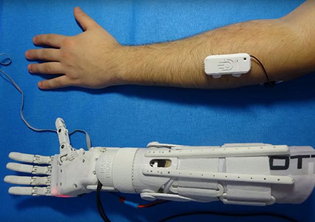Rus mühendis Maksim Lyaşko, 3D yazıcılar yardımıyla dünyada eşi benzeri olmayan biyonik bir el üretti.