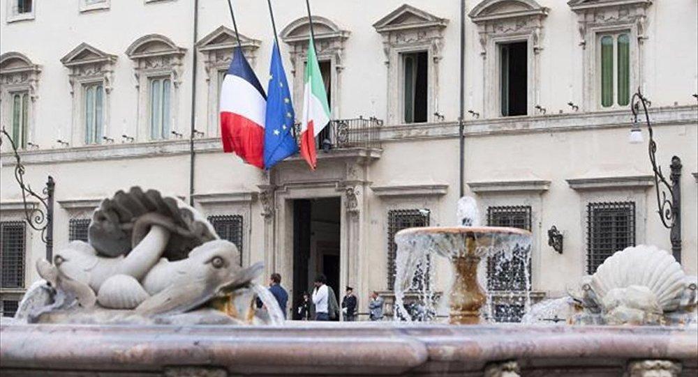 Fransa'nın güneyindeki Nice kentinde dün akşam yaşanan terör saldırısı sonrası bu sabah, İtalya Başbakanlık Sarayı Chigi'de dayanışma için yarıya indirilen İtalya ve AB bayraklarının yanına Fransa bayrağı da çekildi.