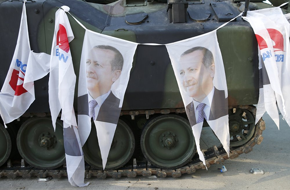 Darbe girişiminin önlenmesinin ardından tanklara Cumhurbaşkanı Erdoğan'ın fotoğrafları asıldı.