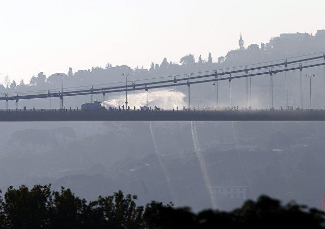Türkiye'de darbe girişimi / Boğaz Köprüsü'nde TOMA