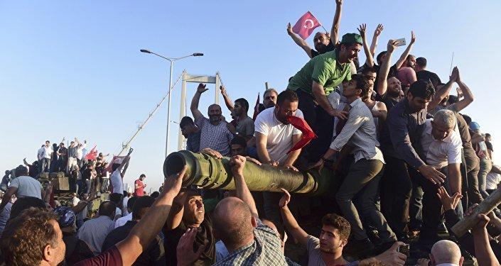 Darbe girişiminin engellenmesinin ardından halk, askerin bıraktığı tankların üzerinde sevinç gösterilerinde bulundu.