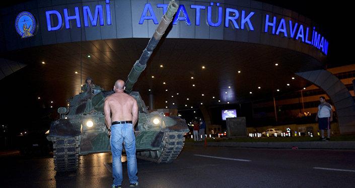 Darbe girişimi gecesi Atatürk Havalimanı'nda da gergin saatler yaşandı.