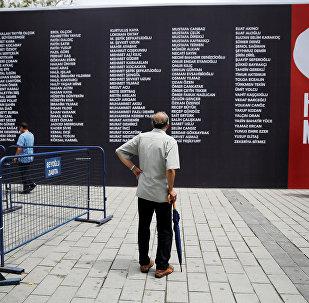 15 Temmuz'daki darbe girişimi sırasında hayatını kaybedenlerin isimleri, Taksim Meydanı'nda hazırlanan panoya yazıldı.